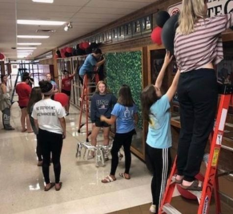 Student Council members decorate for Homecoming