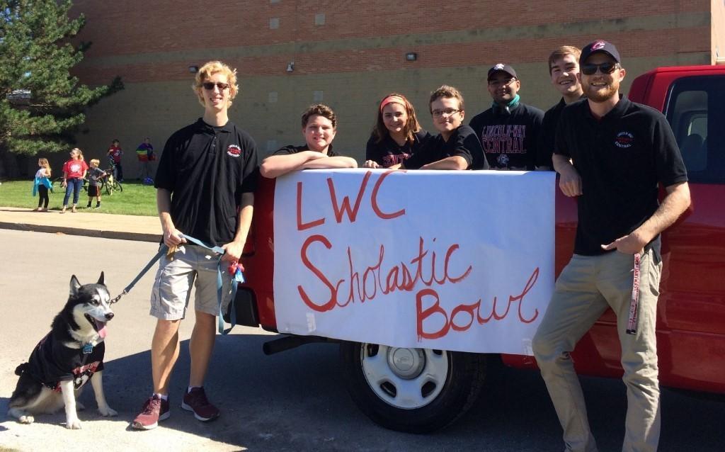 The Scholastic Bowl team pre-pandemic